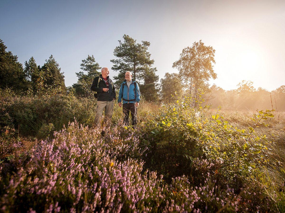 Sonnenuntergang auf einem Wanderweg mit 2 Personen