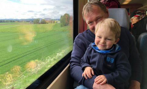 Vater mit Kind im Zug